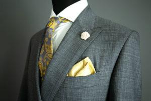 Anzug mit Krawatte und Einstecktuch