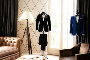 Schwarzer Smoking und blauer Anzug